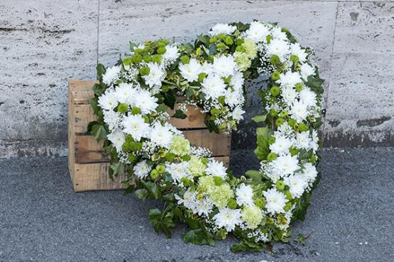 Couronne de fleurs pour enterrement